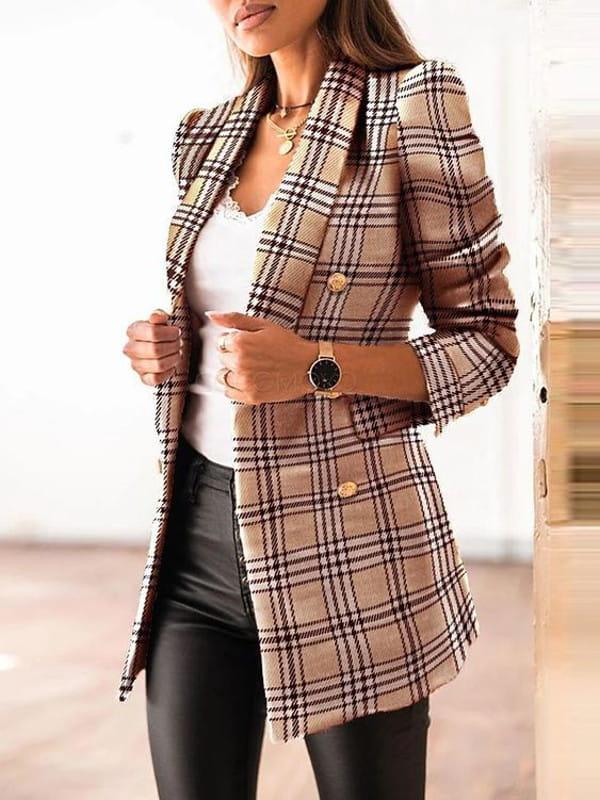 Abotoamento: saiba como usar: modelo com um blazer xadrez com botões metalizados.
