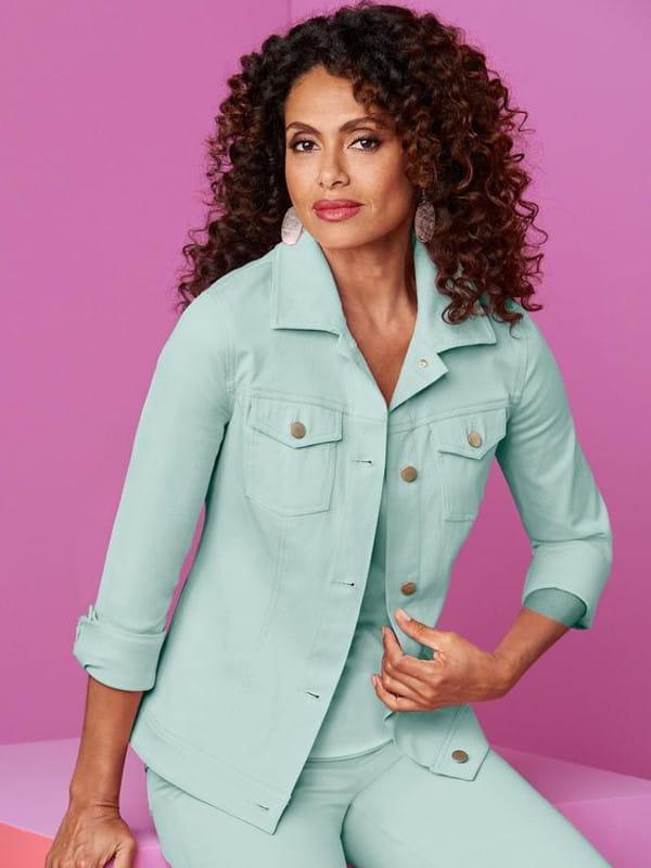 Abotoamento: saiba como usar: modelo vestindo uma jaqueta jeans verde.