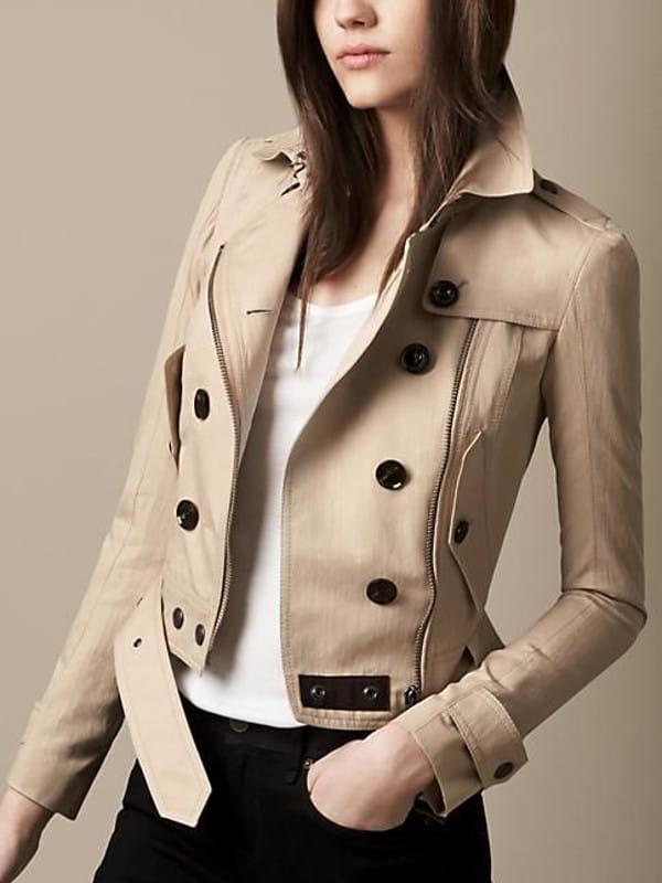 Abotoamento: saiba como usar: modelo com uma jaqueta bege e botões pretos.