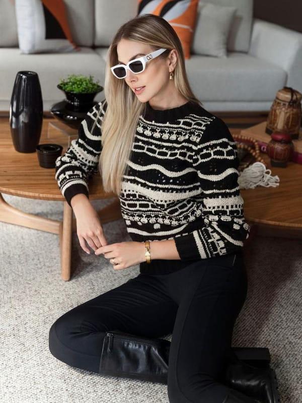Absolutti: Onde comprar no varejo: modelo vestindo uma blusa de tricot preta e bege.