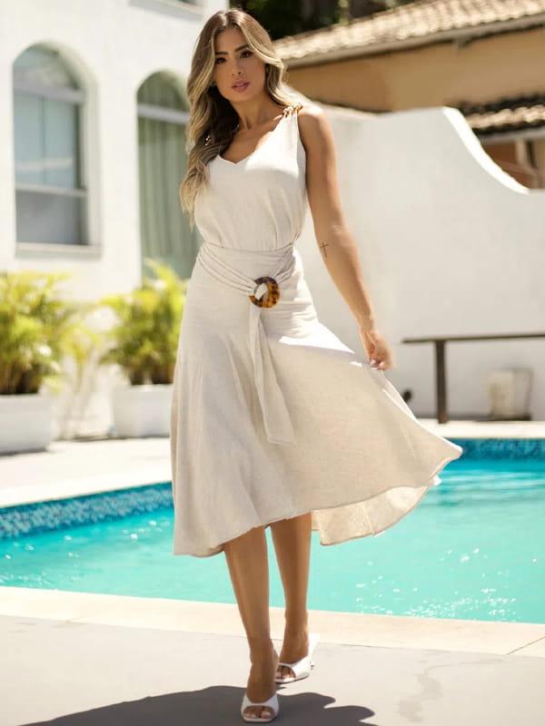 Absolutti: Onde comprar no varejo: modelo vestindo uma saia midi.