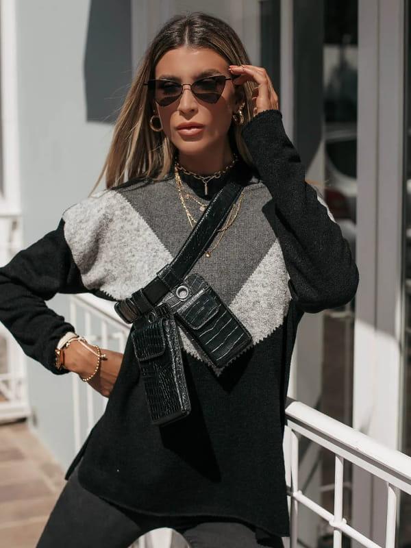 As cores do inverno 2021: modelo vestindo uma blusa de tricot manga longa tricolor.