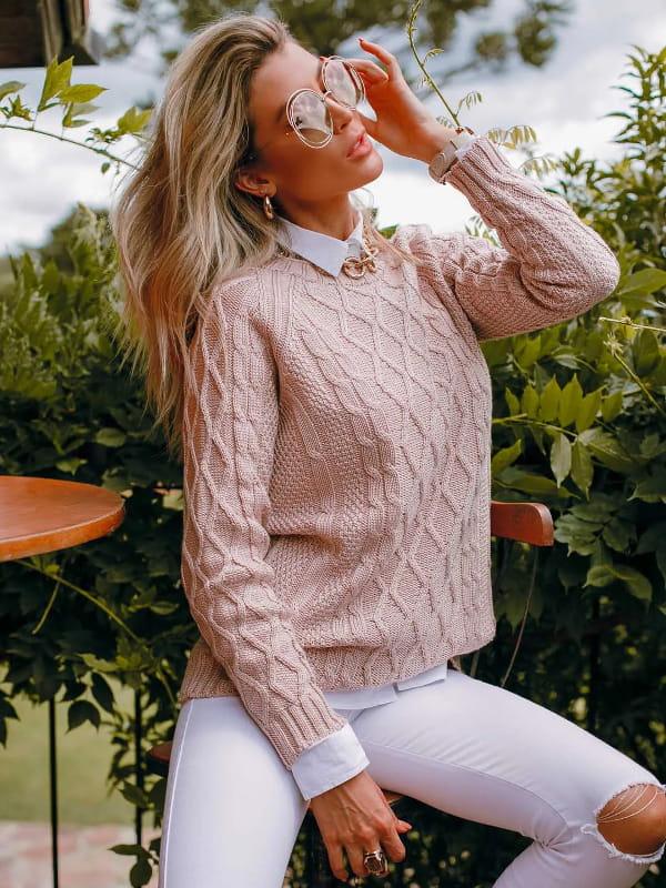 As cores do inverno 2021: modelo vestindo uma blusa de tricot na cor rosê.