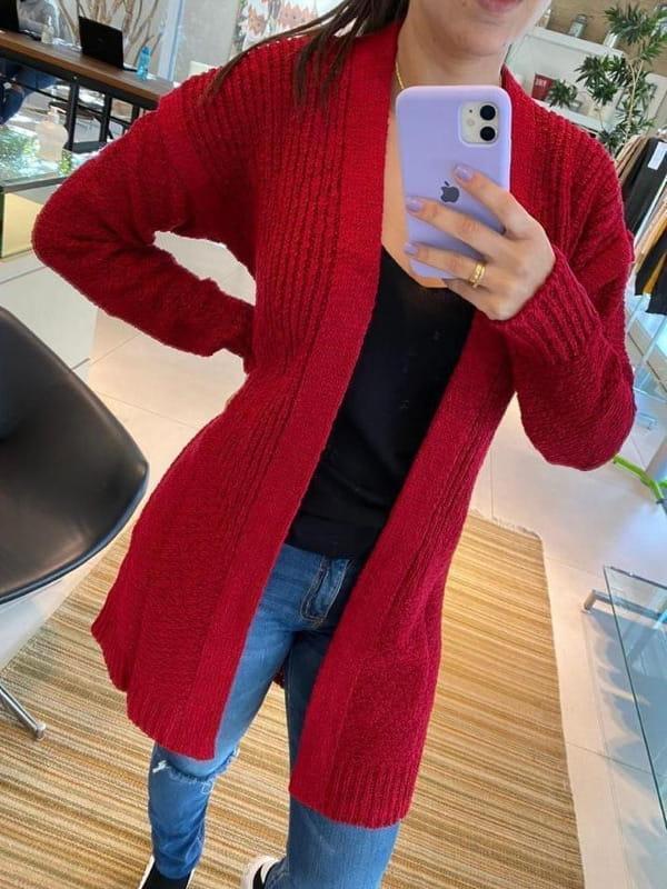 As cores do inverno 2021: modelo vestindo um casaco de tricot vermelho magenta.
