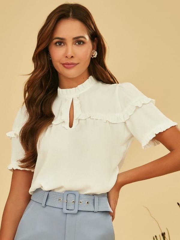 Babado: saiba como usar corretamente: mulher vestindo uma blusa branca com babado.