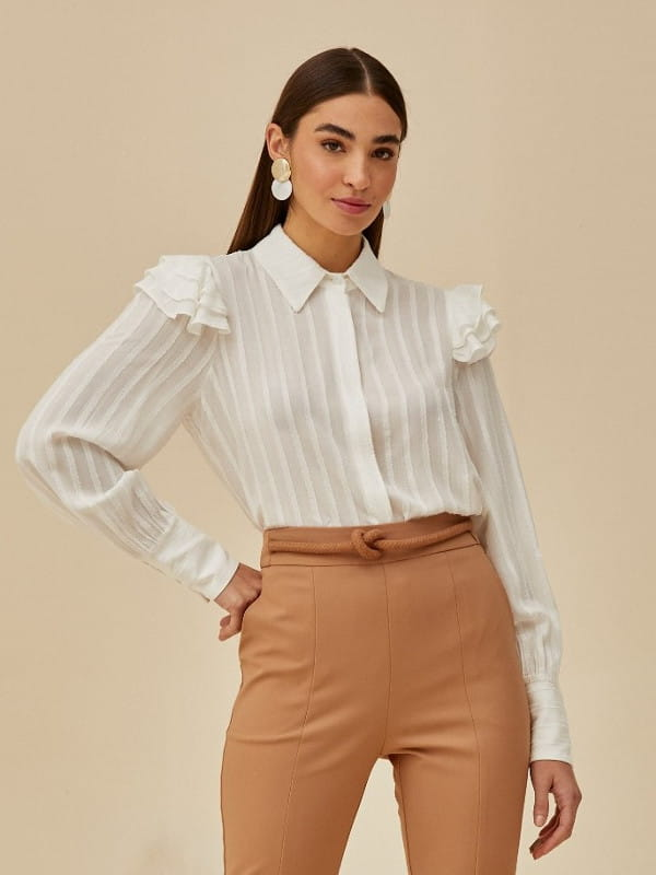 Babado: saiba como usar corretamente: mulher vestindo uma camisa branca com babado.