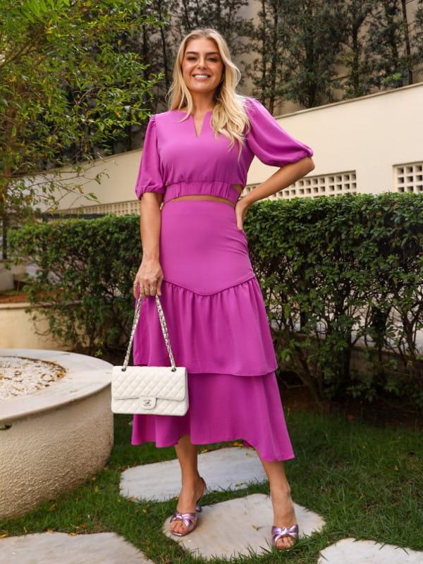 Babado: saiba como usar corretamente: mulher vestindo uma saia pink com babados.