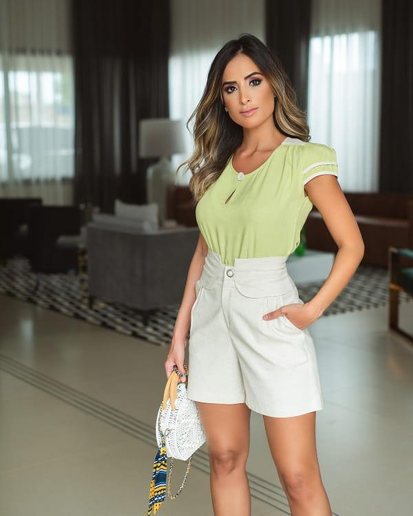 Blog de moda feminina: modelo vestindo uma blusa de viscose com detalhe linho bege.