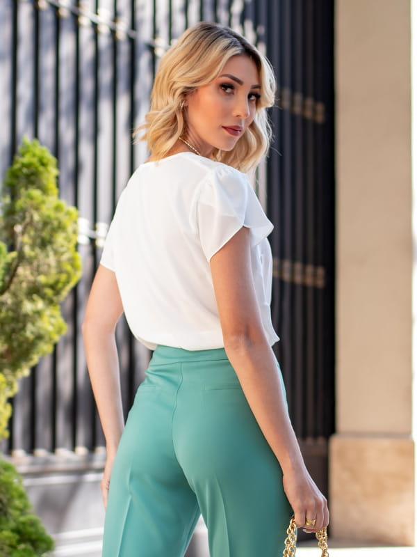 Blusa branca feminina: modelo vestindo uma blusa com decote V formato de nuvem - costas.