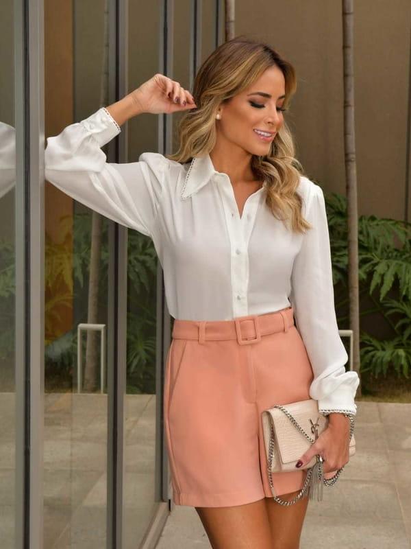 Blusa branca feminina: modelo vestindo uma camisa de crepe manga longa com renda.