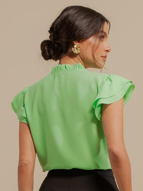 Blusa feminina de crepe: Modelo vestindo uma blusa de crepe com babado duplo e decote V - costas.