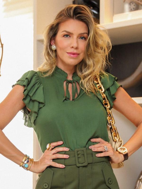 Blusa feminina de crepe: Modelo vestindo uma blusa de crepe viscose com babado verde e amarração na gola.
