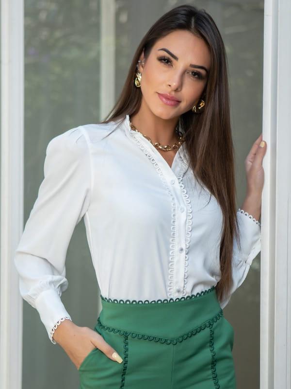 Blusa de crepe com renda: modelo vestindo uma camisa de crepe com renda.