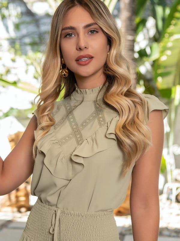 Blusa de crepe com renda: modelo vestindo uma blusa de crepe com renda.