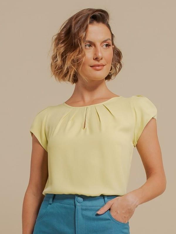 Inspire-se nos novos looks da semana: modelo vestindo uma blusa de crepe com detalhe gota lima.