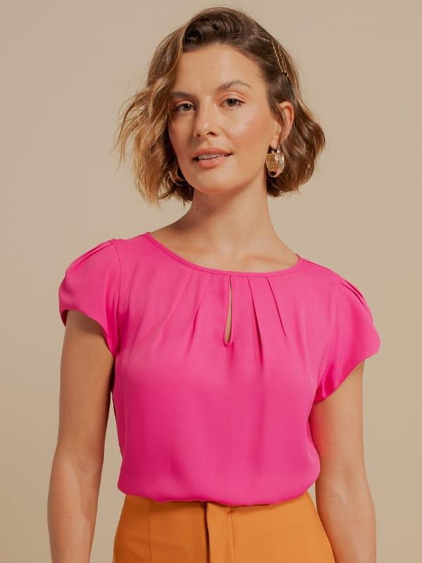 Blusas femininas para trabalhar: modelo vestindo uma blusa de crepe pink com detalhe gota.