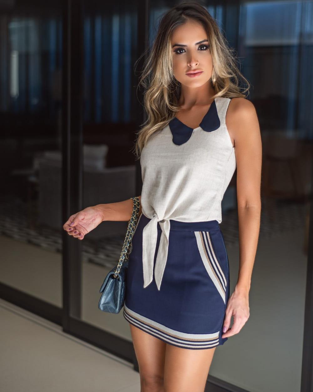 Blusa feminina: modelo vestindo blusa de crepe.