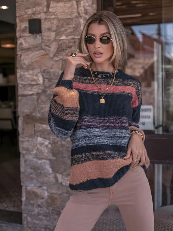 Blusa de frio de tricot: modelo vestindo uma blusa de tricot azul com prega na manga.