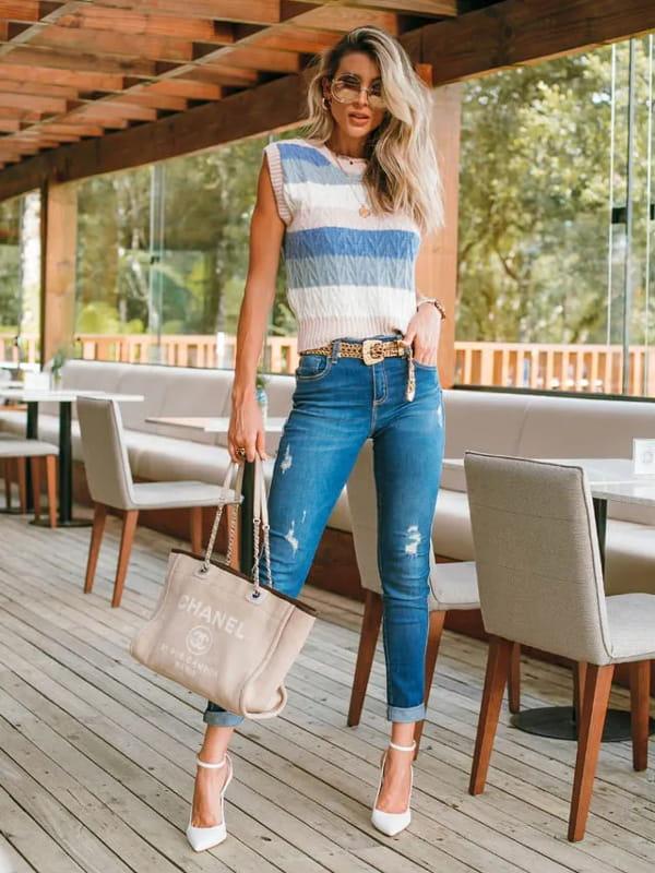 Blusa de frio de tricot: modelo vestindo um colete de tricot colorido