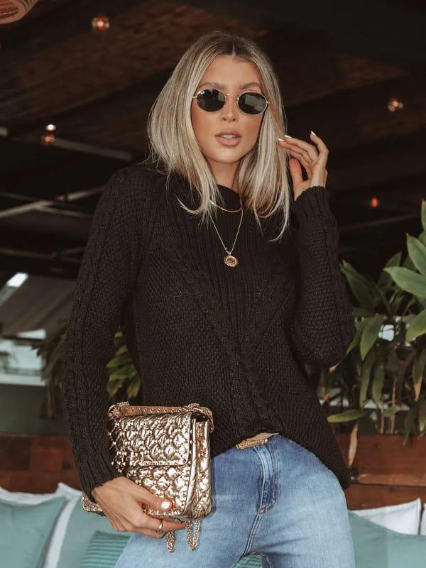 Blusa de frio de tricot: modelo vestindo uma blusa de tricot preta com trança ponto arroz.