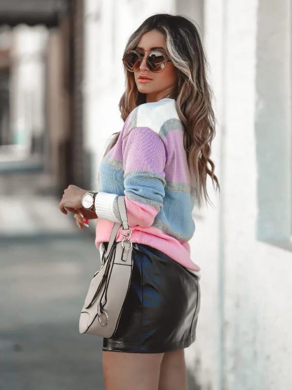 Blusa de frio de tricot: modelo vestindo uma blusa de tricot com listras coloridas decote V.