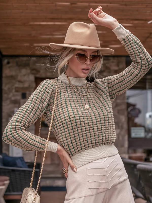Blusa de frio de tricot: modelo vestindo uma blusa de tricot dropper bege.