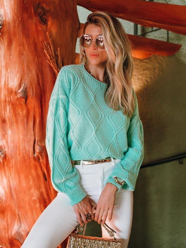 Blusa de frio de tricot: modelo vestindo uma blusa de tricot verde água.