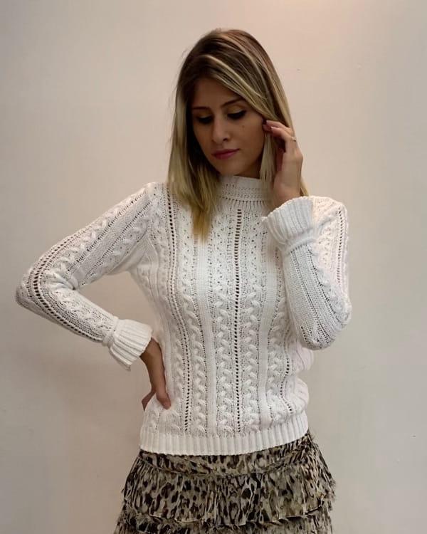 Roupas femininas para trabalhar em dias frios: modelo vestindo uma blusa de tricot.
