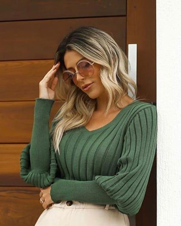Mulher jovem vestindo blusa de tricot feminina manga longa básica modal.
