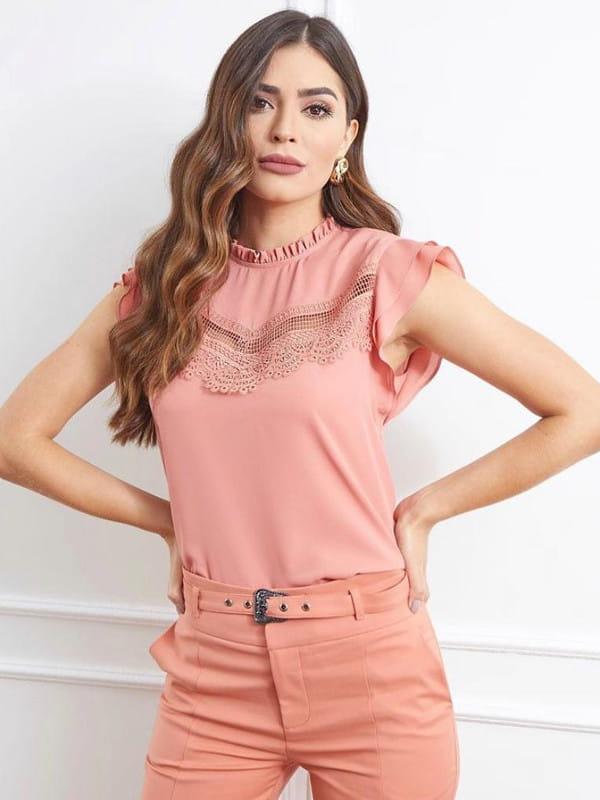 Blusa de viscose com renda: Modelo vestindo uma blusa de crepe com renda e babado.