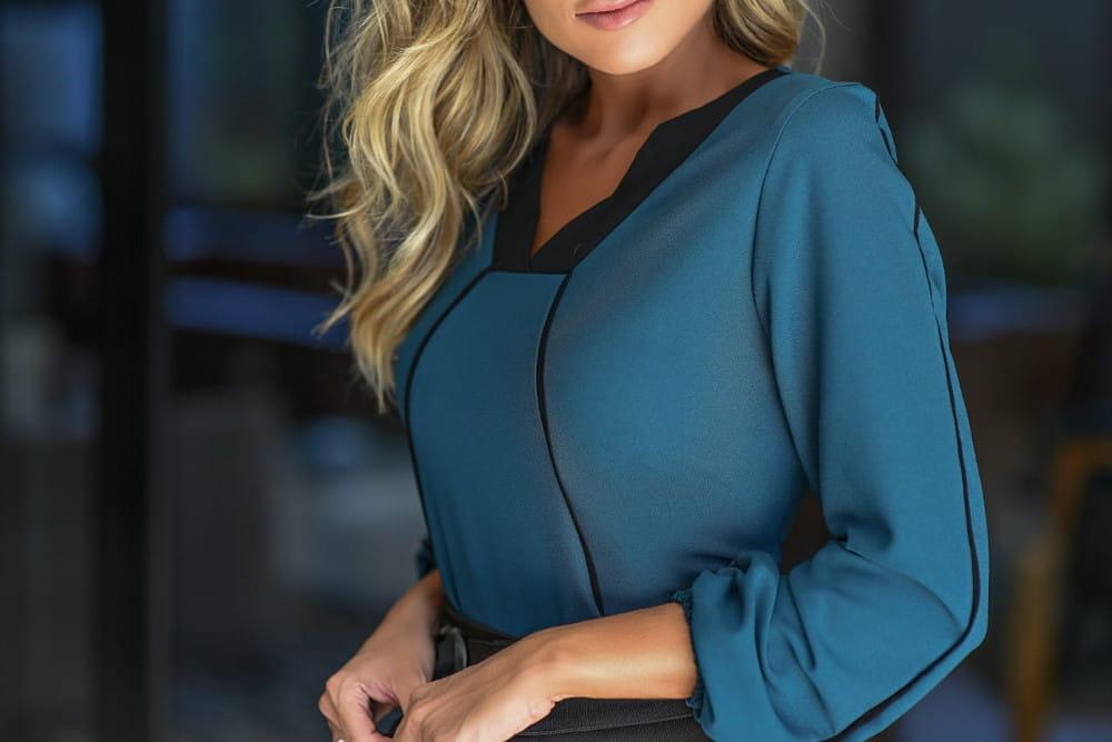 Blusa feminina: modelo vestindo uma blusa azul.