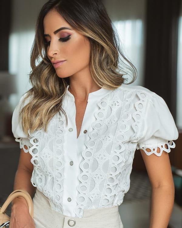 Modelo vestindo uma blusa de crepe de viscose com renda.