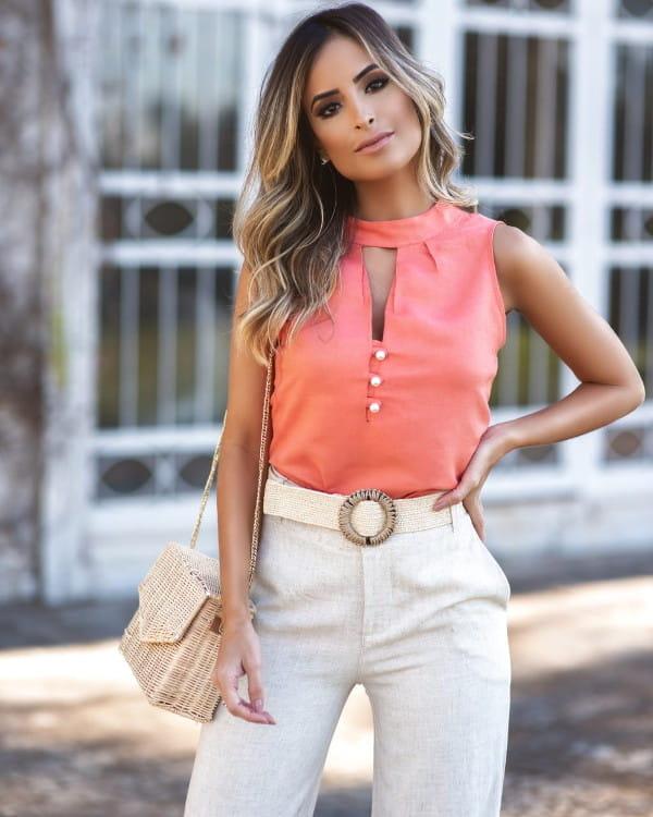 Mulher vestindo uma blusa de viscose com linho e botões em pérolas.