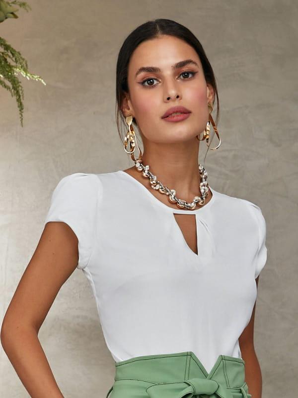 Blusa social feminina: modelo vestindo uma blusa branca com decote triângulo.