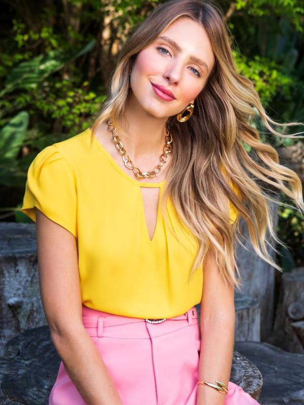 Blusa feminina social: Modelo vestindo uma blusa de crepe com decote triângulo.