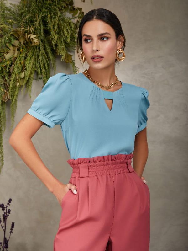 Blusa feminina social: Modelo vestindo uma blusa de crepe com elástico no decote.