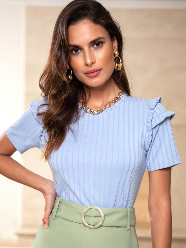 Blusa feminina social: modelo vestindo blusa de malha canelada.