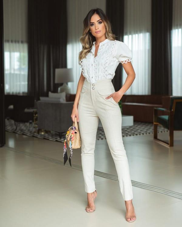 Blusa feminina social: mulher usando uma blusa de crepe viscose.