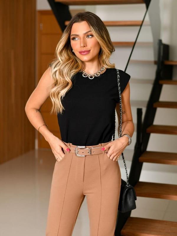 Blusa muscle tee: modelo vestindo uma blusa preta básica.