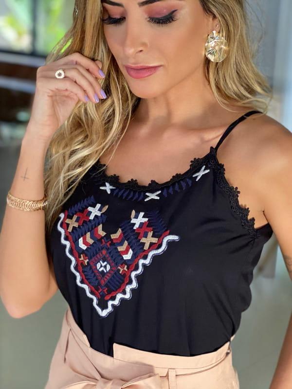 Blusa preta social feminina: modelo vestindo uma blusa de viscose com alcinha.