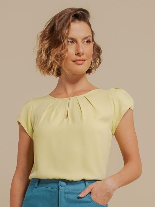 Blusa social feminina: modelo vestindo uma blusa de crepe básica detalhe gota verde lima.