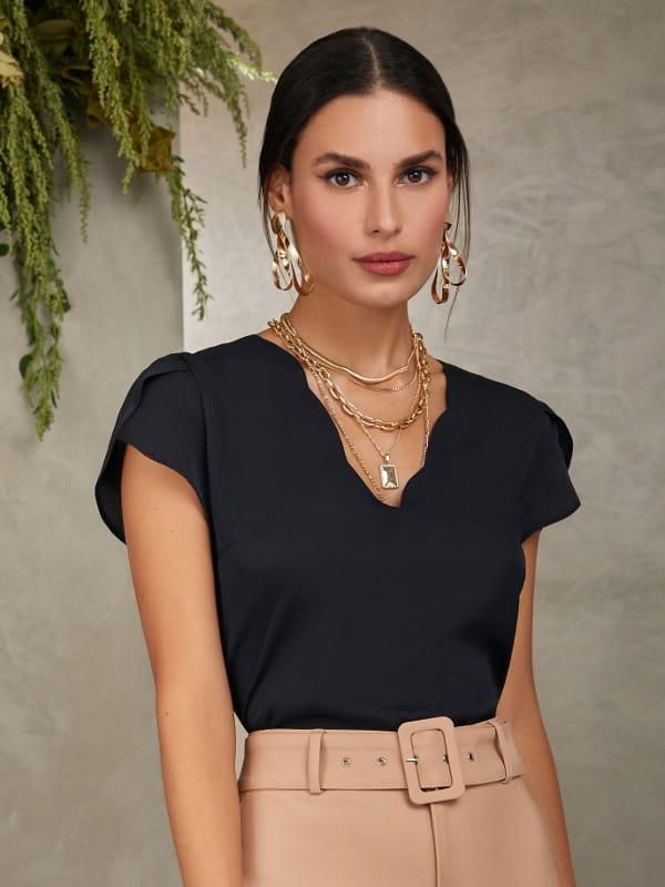 Blusa social feminina: Modelo vestindo uma blusa de crepe preta com decote nuvem.