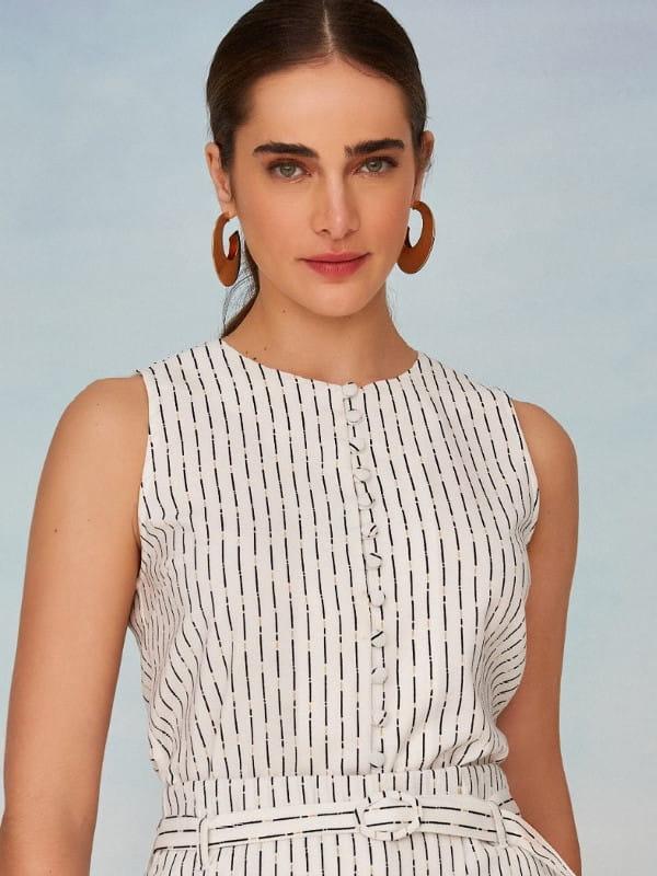 Blusas femininas da moda: modelo vestindo uma regata de crepe alfaiataria com botões.