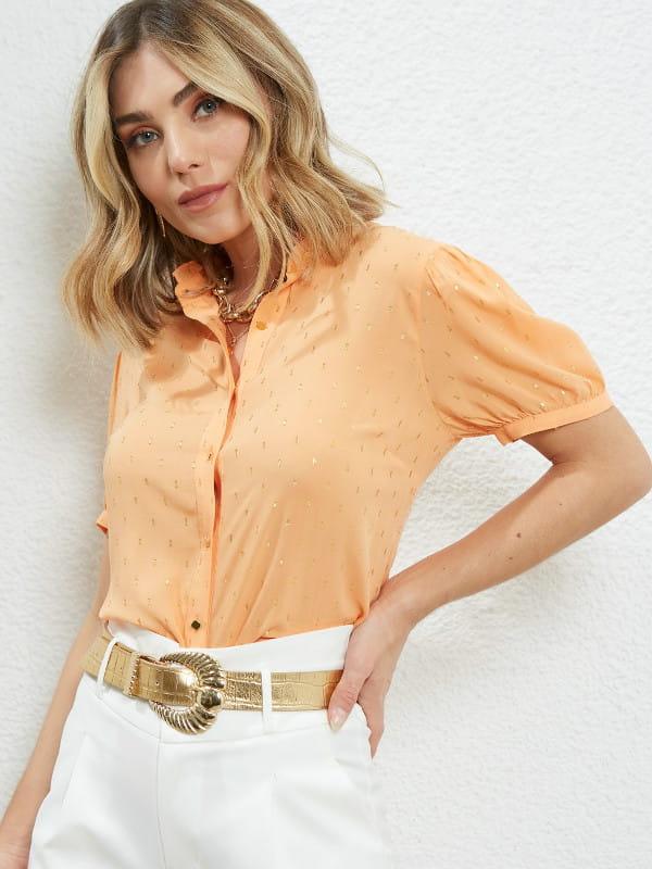 Modelo vestindo uma blusa de viscose manga curta laranja.