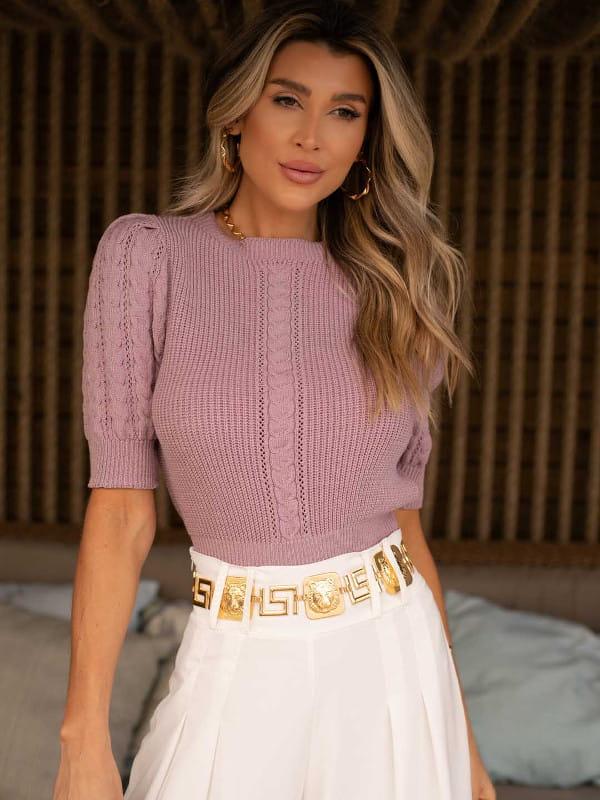 Blusas femininas para trabalhar: modelo vestindo uma blusa de tricot manga princesa lilás.