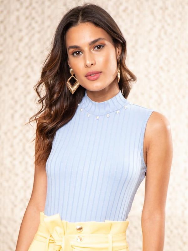 Blusa canelada gola alta: modelo vestindo uma regata azul clara.