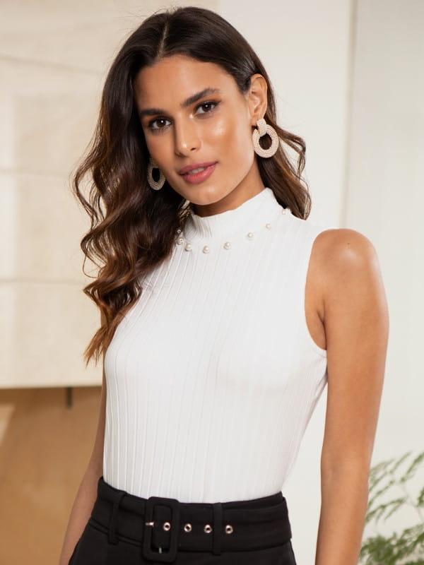 Blusa canelada gola alta: modelo vestindo uma regata branca.