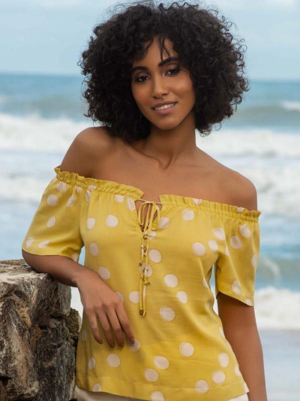 Blusa de crepe com babado: modelo vestindo uma blusa de crepe viscose ombro a ombro.