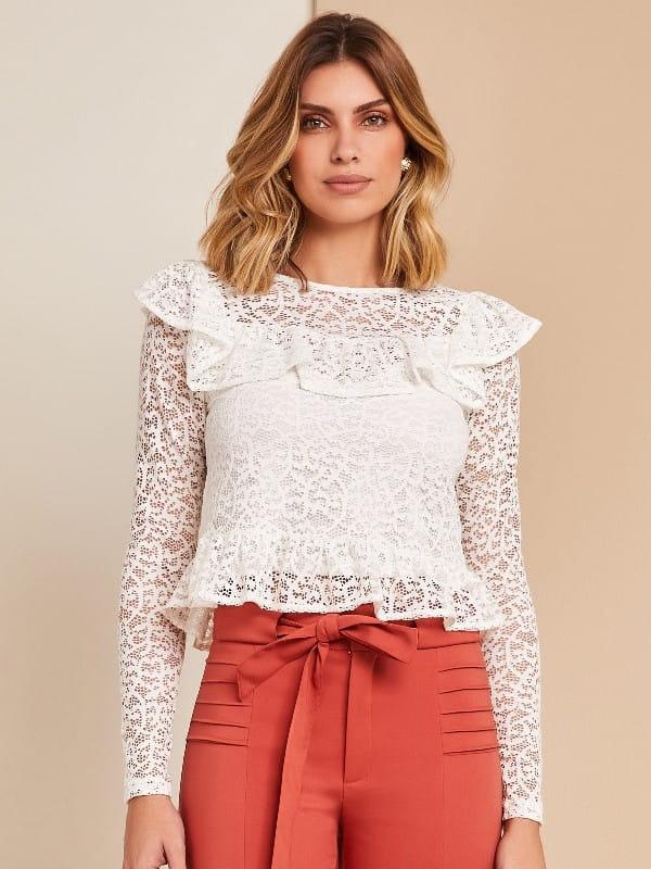 Blusa de crepe com babado: modelo vestindo uma blusa manga longa com babado na barra.