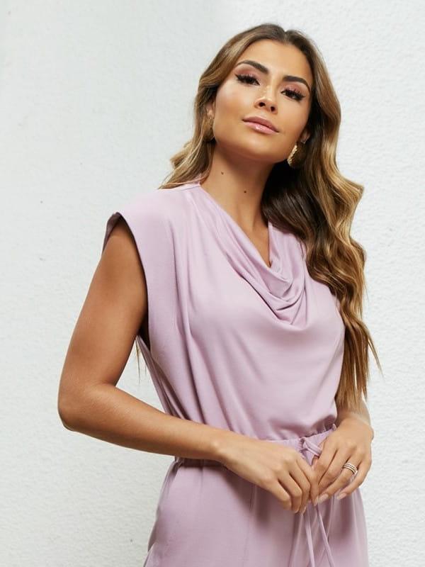 Blusa moletinho feminino: modelo vestindo um moletinho lilás manga curta.